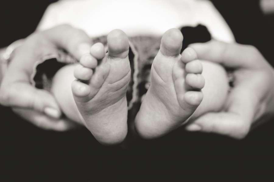 bebe, pie, pies, blanco y negro, familia, amor, manos, sostener, concepto, recien nacido, nio,