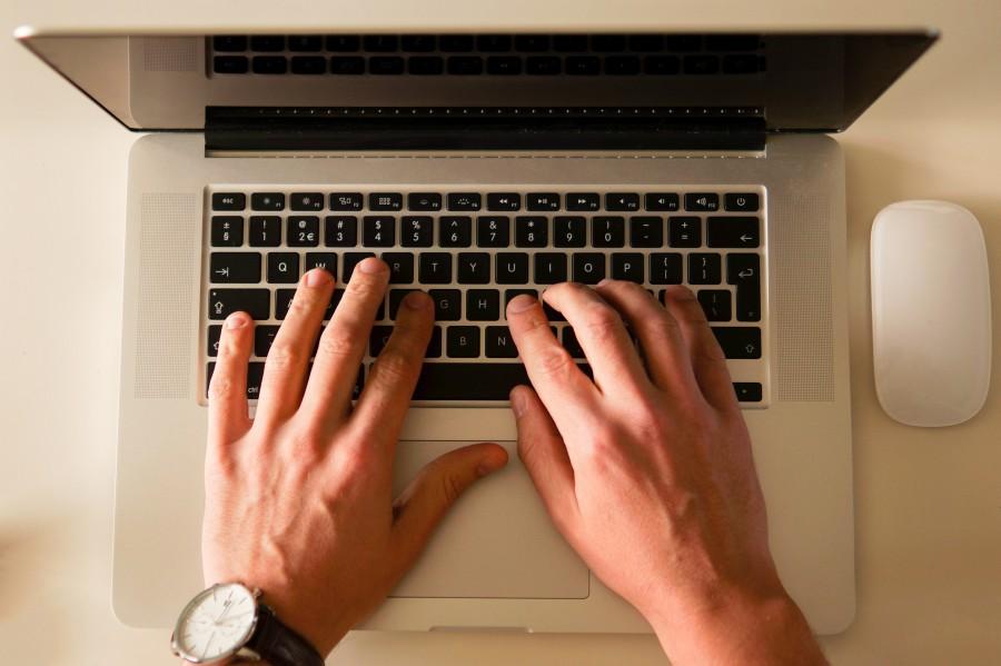 hombre, mano, escritorio, una persona, gente, teclado, computadora, laptop, trabajo, trabajar, teclado, vista de arriba, tecnologia, negocios,