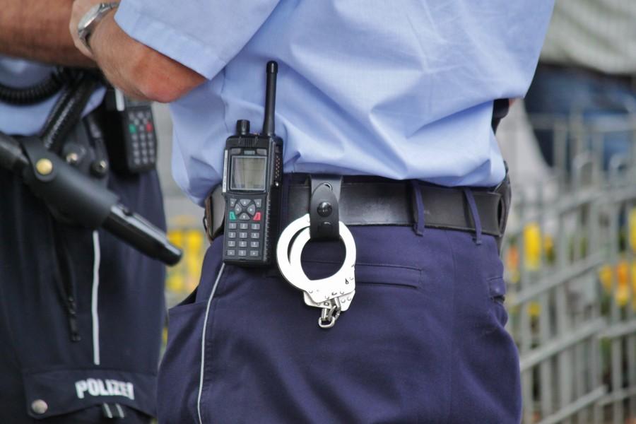 policia, hombre, guardia, seguridad, esposas, handy, comunicacion, radio, cinturon, trabajo, oficio, gente,