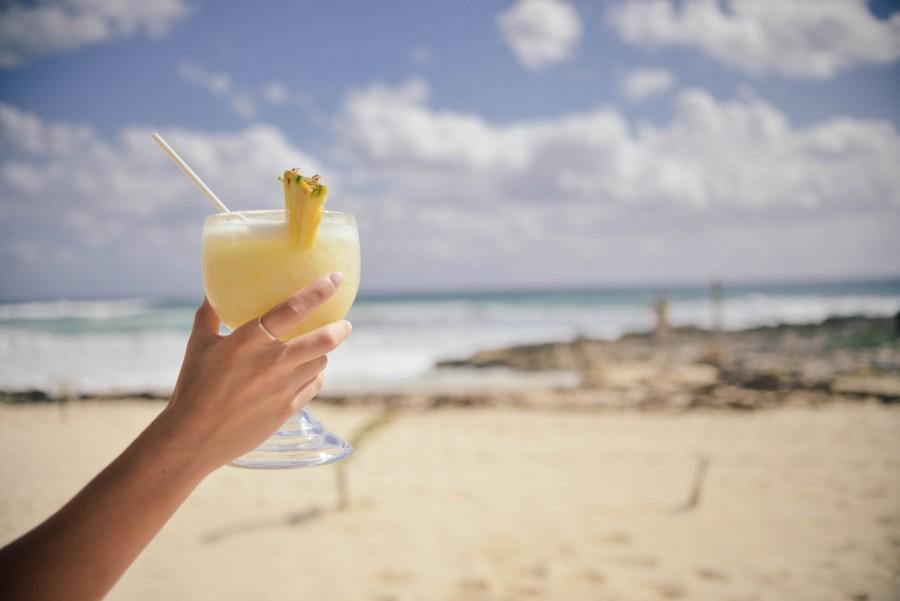 Playa, Oceano, piña, Piña Colada, Verano, Viajes, Mujer, Amarillo, alcohol, barra, azul, coctel, bebida, mano, holliday, fiesta, relax, restaurante, SAMD, mar, sol, vacaciones,