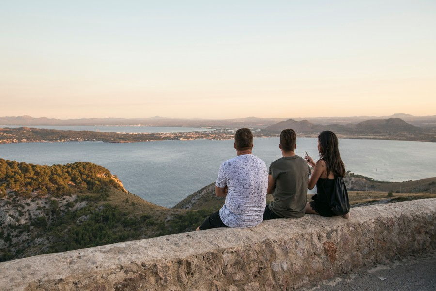 amigos, tres, personas, gente, mirando, atardecer, ocaso, ciudad, paisaje, viaje, vacaciones, compartir, joven, juventud,