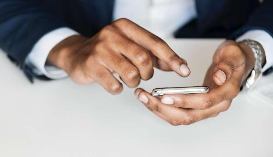 hombre, una persona, trabajo, traje, smartphone, celular, telefono, app, comunicacion, internet, manos, elegante,