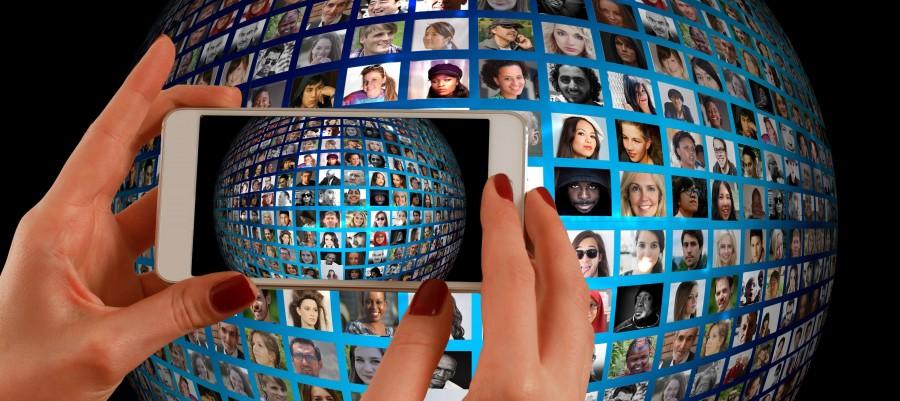 smartphone, mano, montaje fotográfico, se enfrenta a, álbum de fotos, mundo, población, medios de comunicación, sistema, red, noticias, personales, conexión, conectado, uno con el otro, juntos, esfuerzo, comentarios, relación, hermandad, democratización, servicio, digital, una igual, impresión, impresiones, amigos, amistoso, amistad, paz, comunidad, esfuerzo conjunto, cooperativa, global, globalalisierung, grupo, acción, interacción, colaboración, colegiado, comunicación, consumidor, cooperar, koorparativ, personas, equipo, opinión, humanos, trabajar con, usuarios, organización, en asociación, persona, proyecto, social, jugar, trabajo en equipo, united, promesa, diversidad, nos, saber, cooperación, grupo de personas, mujer, hombre, realidad, virtual, teléfono, móvil, cámara, retrato, estilo de vida, fotografía, samsung, imagen, chica, fotógrafo, teléfono móvil, anuncios