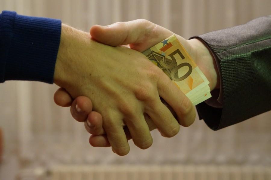 corrupcion, mano, manos, apreton de manos, gente, dos pesonas, negocios, transaccion, dinero, inmoral, corrupto, coima, politica, soborno, concepto,