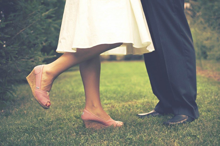 pareja, amor, recien casados, casamiento, novia, novio, zapatos, exterior, dia, joven, adultos, concepto, dos personas,