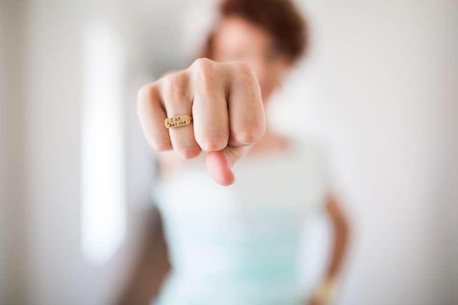 mujer, joven, concepto, puño, mostrar, foco selectivo, mano, fuerza, poder, golpe, anillo, mostrar, choque, girl power,