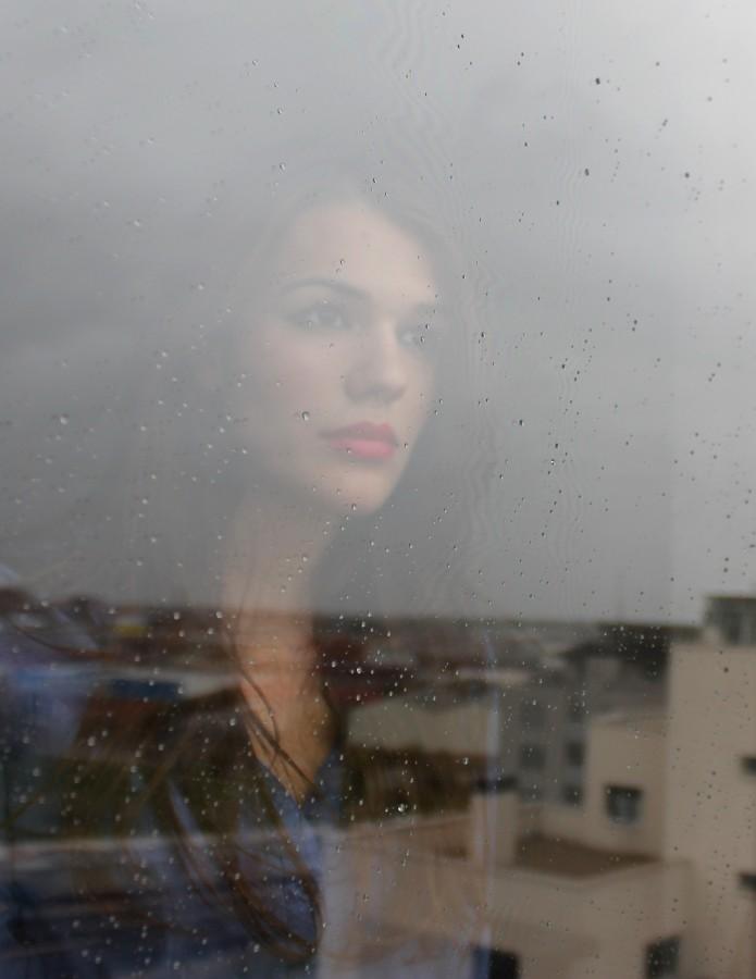mujer, reflejo, ventana, una persona, gente, joven, lluvia, lluvioso, dia, gotas, belleza, 20 años, tristeza, triste, melancolia, melancolico,