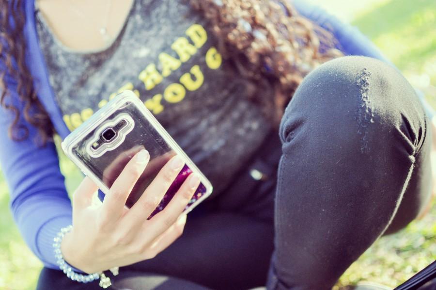 mujer, joven, 20-25 años, celular, smarpthone, móvil, tecnología, manos, mano mensaje, escribiendo, funda, carcasa, parte trasera, brillos