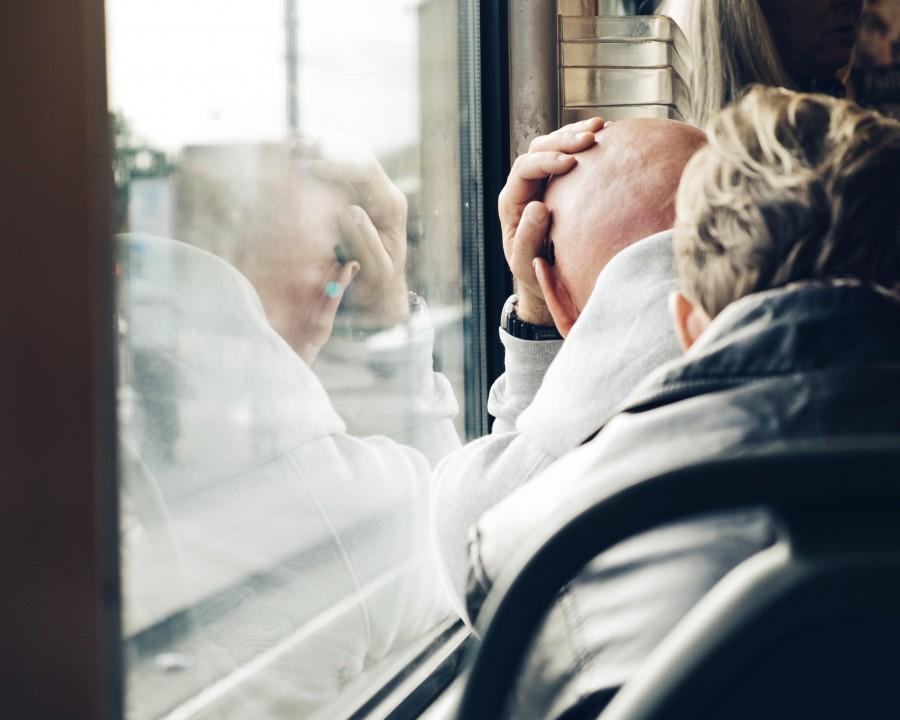 una persona, gente, hombre, calvo, tren, viaje, viajar, viajando, sentado, cansado, cansancion, descansar, triste, tristeza, melancolia, melancolico, lamento, adulto, dolor, angustia,
