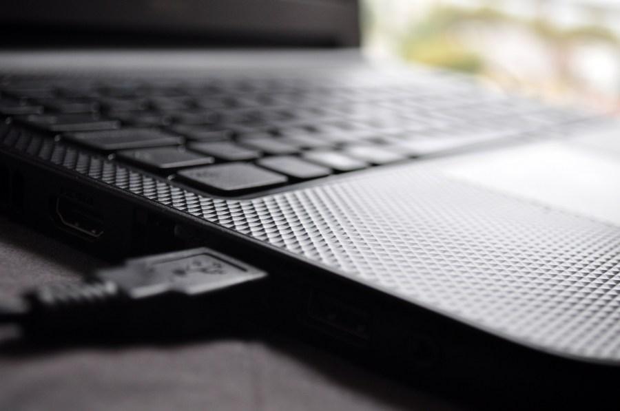 ,Cable USB, ,Conexión ,Enchufe ,Iluminado ,Moderno ,Nadie ,Ordenador portátil ,Primer plano ,Reflejo ,Simetría ,Tecnología ,Tecnología inalámbrica ,Vertical, Laptop, Notebook, USB,
