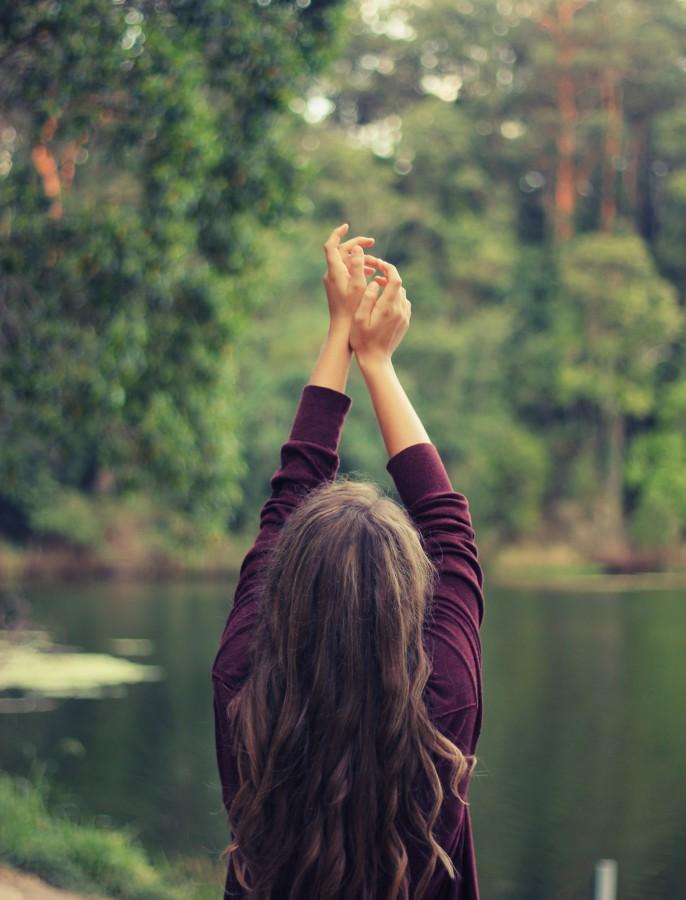 mujer, adulto, lago, rio, bosque, exterior, naturaleza, relax, libertad, vacaciones, viaje, manos arriba, concepto,