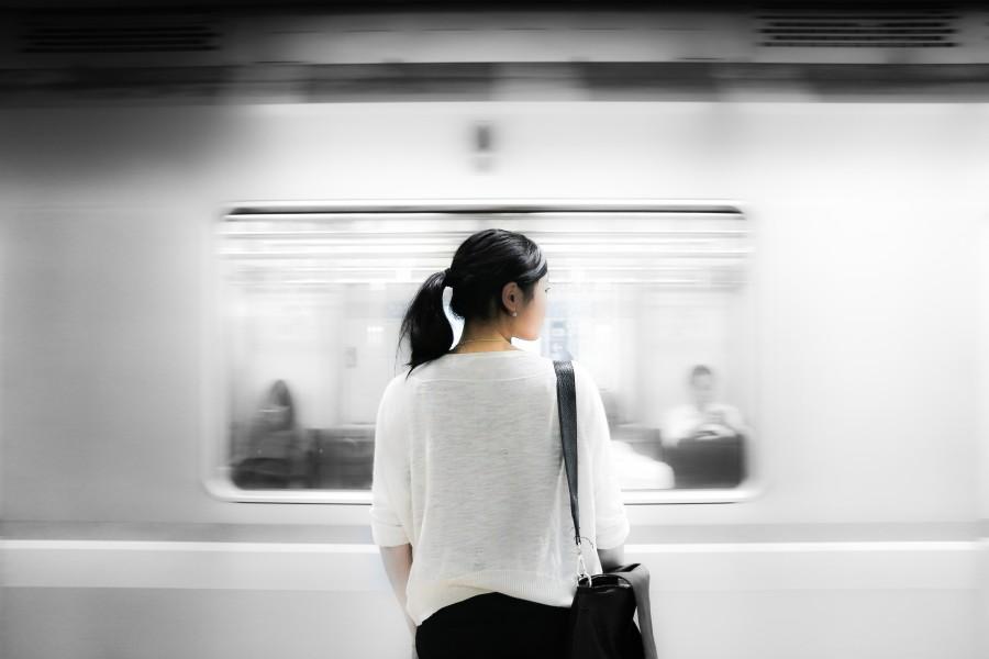 una persona, gente, mujer, asia, asiatica, asiatico, japon, tren, subte, transporte, joven, vista de atras, blanco, moderno,