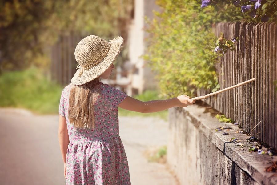 una persona, gente, niña, 10 años, vestido, aire libre, verano, caminar, caminando, paseo, pasear, concepto, exterior, dia, sombrero,