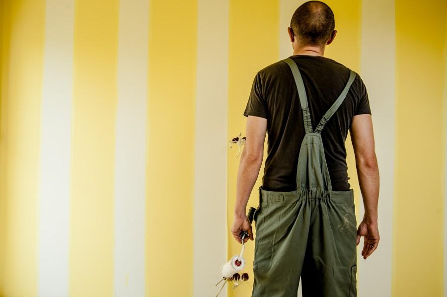 hombre, adulto, pintor, pintura, pintar, interior, amarillo, rodillo, actividad, decoracion, pensar, duda, dudoso, pared,