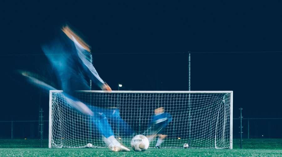 futbol,deporte,noche,movimiento,arco,porteria,penal,patear,dos personas,arquero,jugador,deportista,