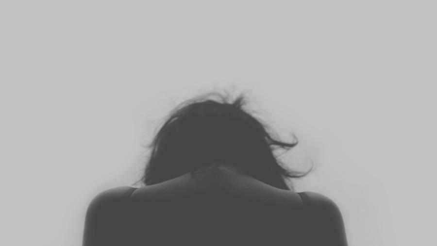 una persona, gente, mujer, blanco y negro, joven, espalda, tristeza, melancolia, concepto, triste,