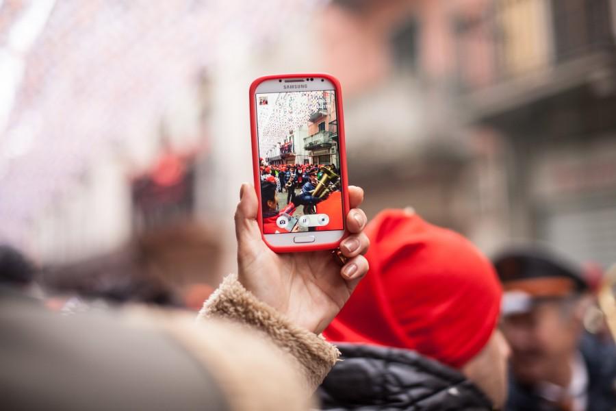 telefono, celular, una persona, fotografia, tecnologia, ciudad, festejo, exterior, dia, rojo, turismo, turista, viajar, viaje, vacaciones,
