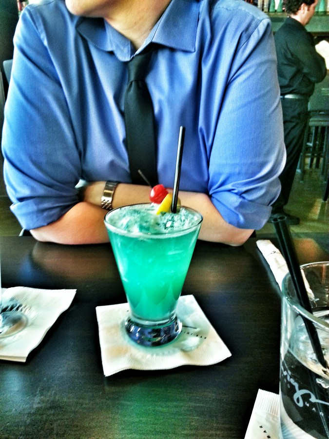 una persona,hombre,adulto,Adulto joven,Adulto maduro,trago,bebida,alcoholica,alcohol,after office,interior,bar,camisa azul,Vista de Frente