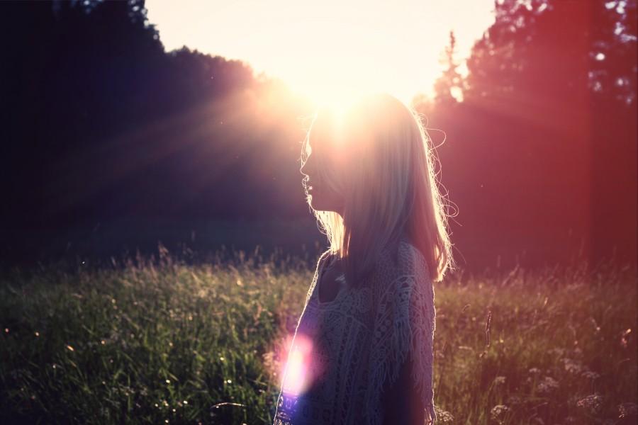una persona, gente, mujer, rubia, rubio, atardecer, joven, adolescente, paisaje, ocaso, puesta de sol, dorado, belleza, naturaleza, relajacion, serenidad, cabello, tranquilidad, viajar, viaje, vacaciones, campo,