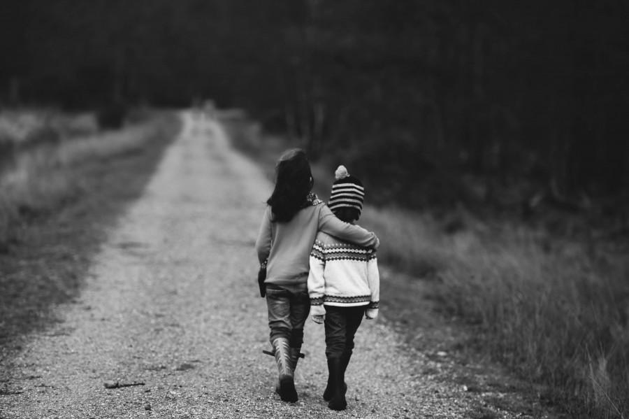 niños, caminar, por carretera, distante, apoyo, camino, carretera, amigos, amistad, niño, familia, familia caminando, juntos, la infancia, el amor, amor de jóvenes