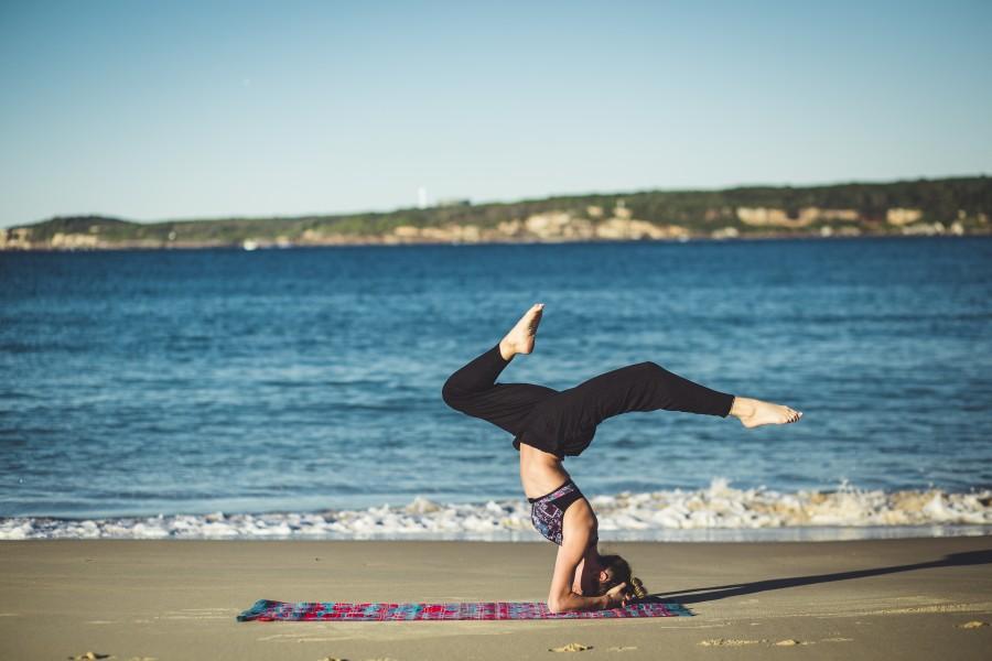 mujer, yoga, ejercicio, practica, dia, meditacion, relajación, relax, deporte, estirar, estiramiento, joven, 20 años, aire libre, actividad, salud, playa,