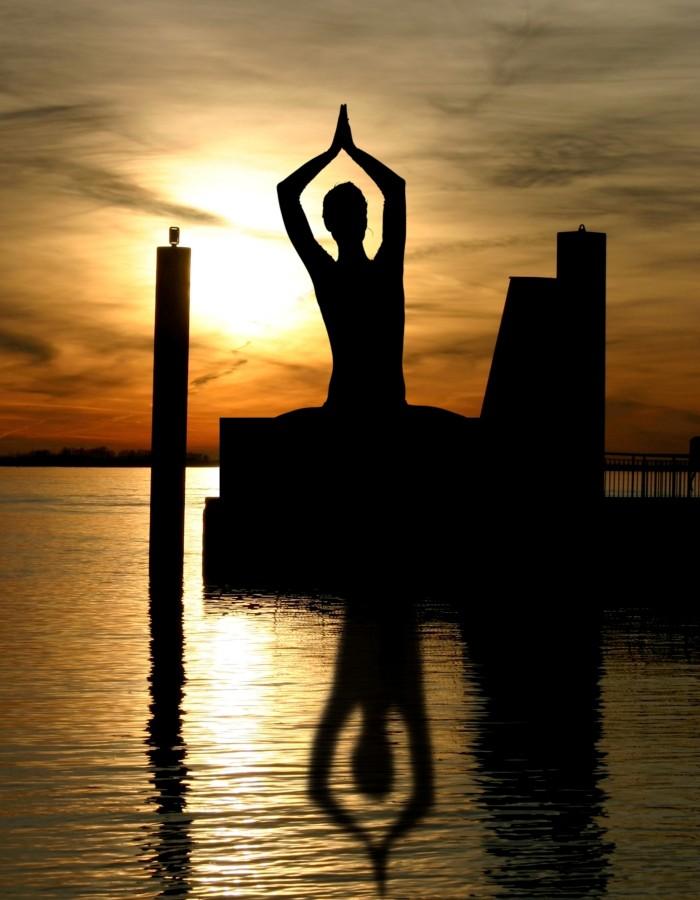 mujer, una persona, gente, posicion, loto, yoga, meditar, meditacion, actividad, relax, relajacion, atardecer, gimnasia, equilibrio,