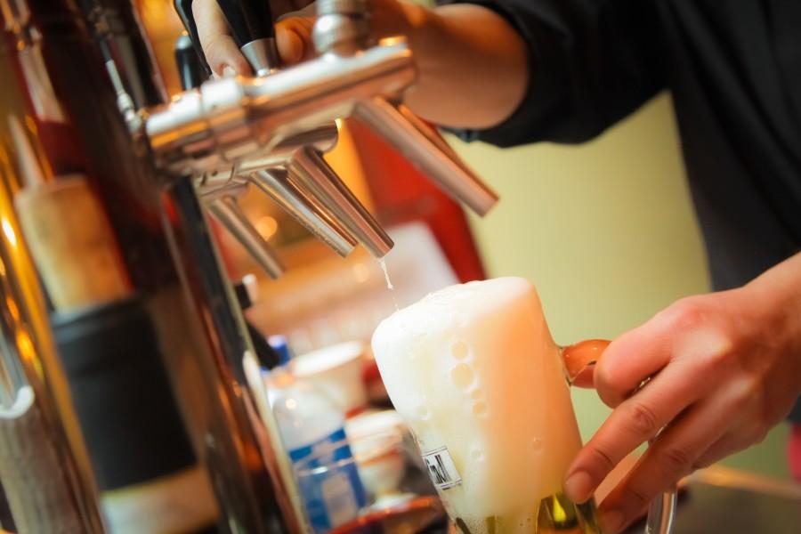 cerveza, bebida, refrescante, artesanal, copa, espuma, servir, sirviendo, hombre, mano, actividad, barman, bar, canilla, canillas, cerveza, chopera, dispenser, valvula, barra, bebida, metal, manija,