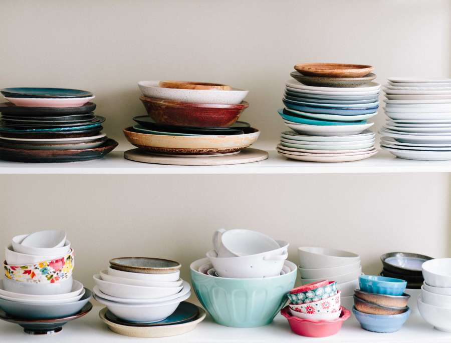 ceramica, plato, platos, bowl, cocina, estante, repisa, estanteria, vajilla, colorido, colores, moderno, diferente, apilado, pila, mucho,