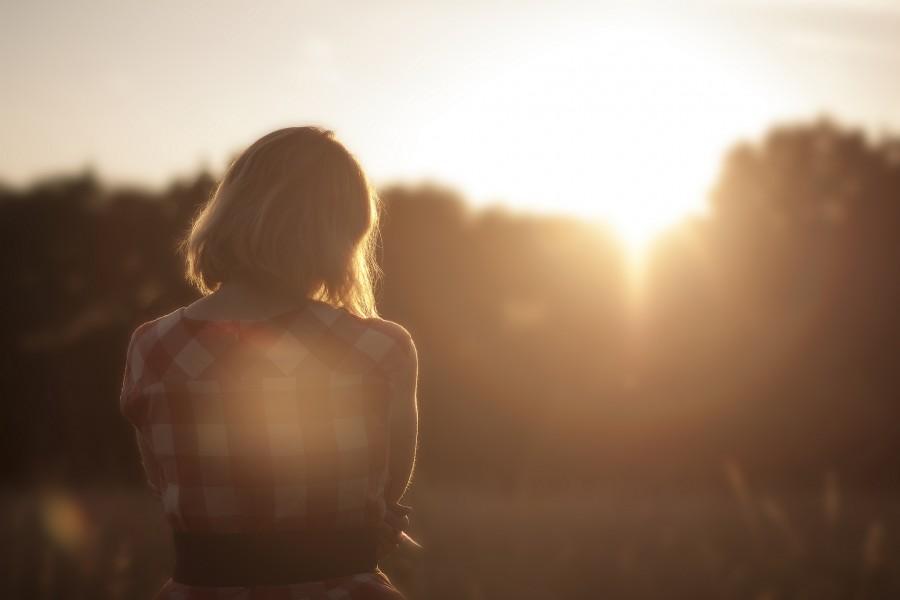 una persona, moda, gente, mujer, atardecer, rubio, vista de frente, puesta de sol, camisa, vintage, joven, horizonte,