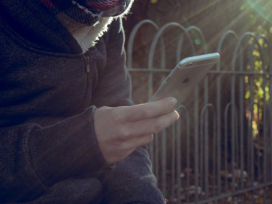 smartphone, hombre, exterior, sentado, mirando, internet, app, teconologia, llamada, adulto, gente, sostener, mano, tecnologia,
