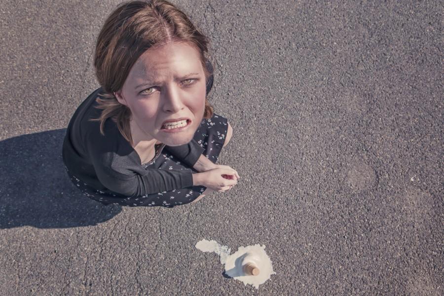 una persona, gente, mujer, triste, tristeza, decepcion, joven, helado, postre, caida, caer, torpe, torpeza, gesto, derretido,