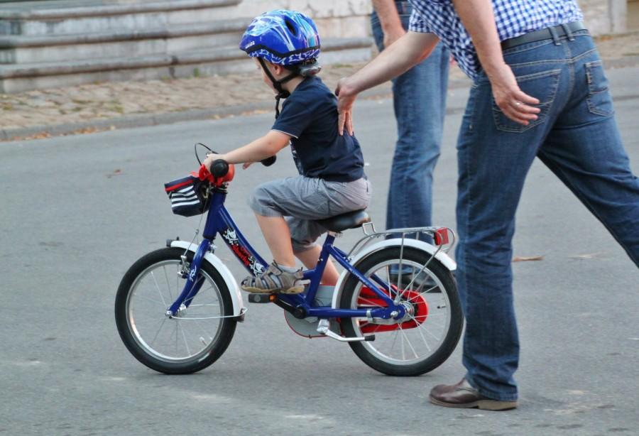 niño, padre, bicicleta, aprender, andar, niñez, 5 años, familia, enseñar, apoyo, primeros pasos, casco, amor, ciudado, enseñanza, educacion,