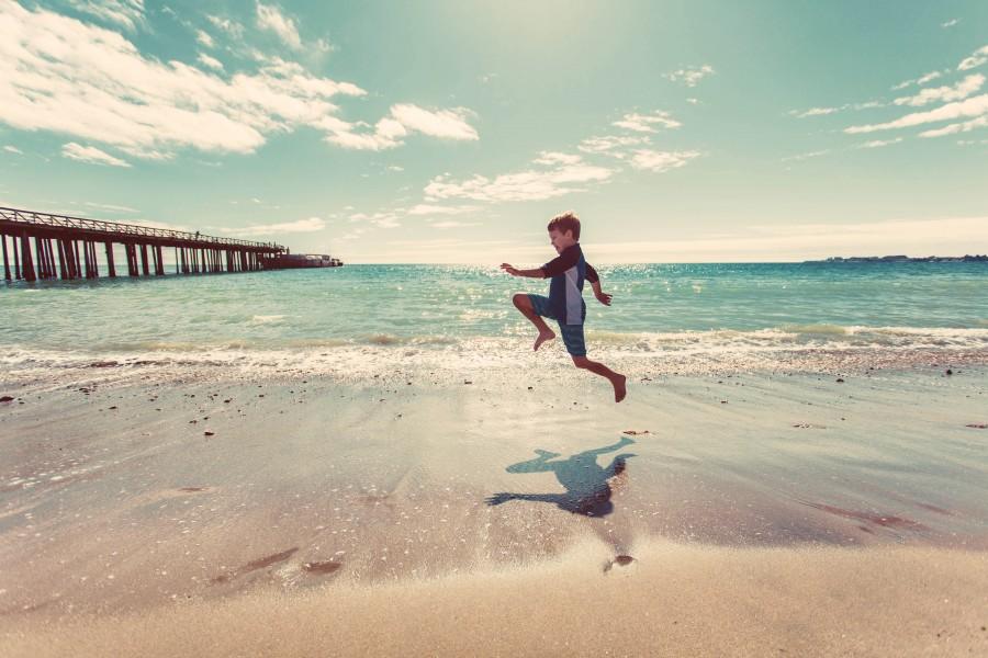 una persona, gente, niño, jugando, jugar, playa, costa, saltar, salto, alegria, niñez, vacaciones, 5 años, saltando, sombra, felicidad,