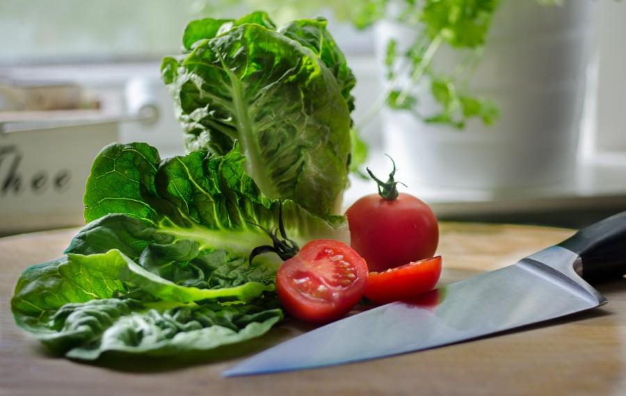 ensalada, preparacion, lechuga, tomate, verdura, vegetal, cocina, cocinar, tabla, cuchilla, cuchillo, saludable,