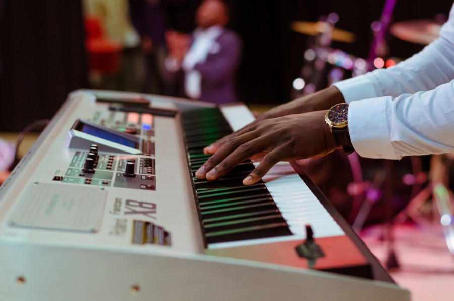 una persona, gente, hombre, reloj, elegante, musica, musico, tocando, piano, teclado, tecla, teclas, sonido,