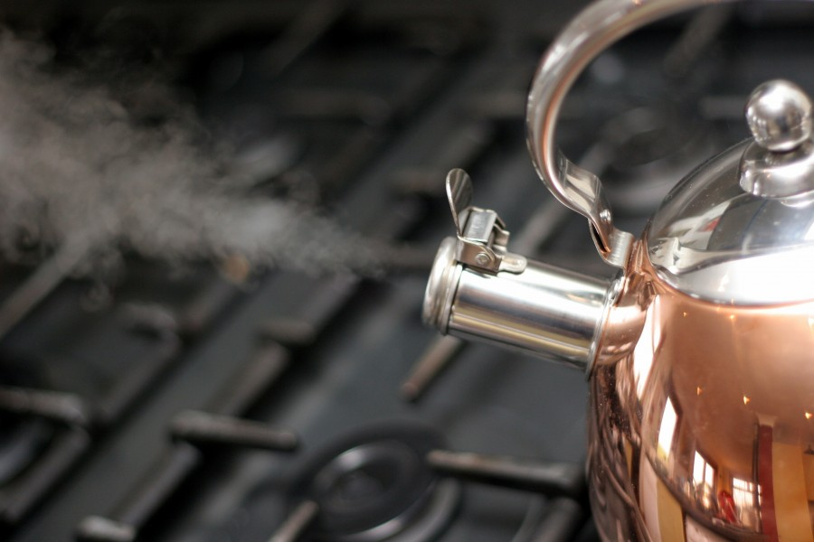 pava, hervidor, cocina, utensilio, objeto, metal, metalico, agua, hierviendo, hervir, vapor, temperatura,
