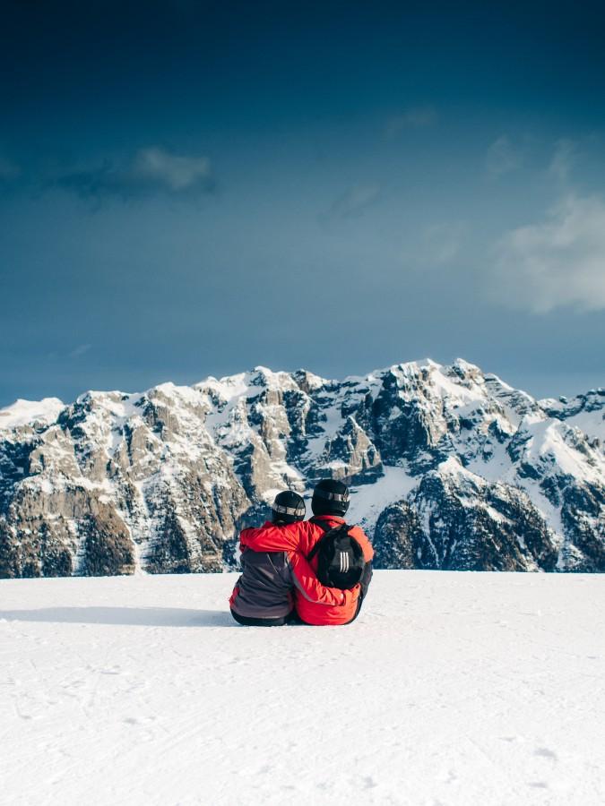 esqui, snowboard, pareja, amor, romance, abrazo, nieve, montaña, picos, cielo, aire libre, naturaleza, paisaje, vacaciones, viaje, aventura, frio, nevado, paisaje,