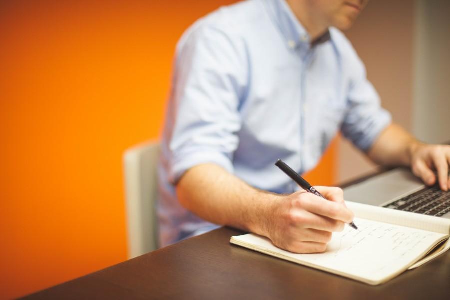 negocio, trabajo, oficina, escritorio, ordenador portatil, macbook, ordenador, tecnologia, escritura, cuaderno, pluma, blogs, laptop, una persona, gente, hombre, joven, 30 años,