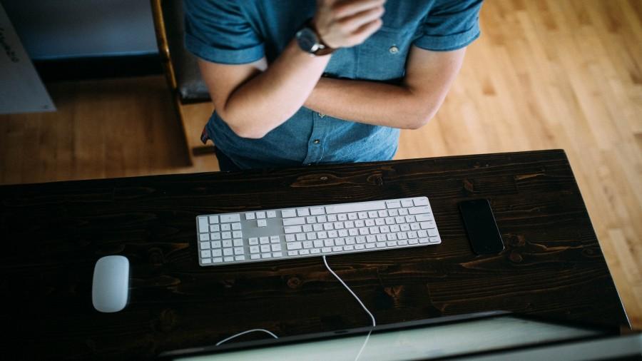 hombre, joven, pensar, pensando, negocios, trabajo, escritorio, ordenador, teclado, idea, concepto, gesto, mano, tecnologia, monitor, primer plano,