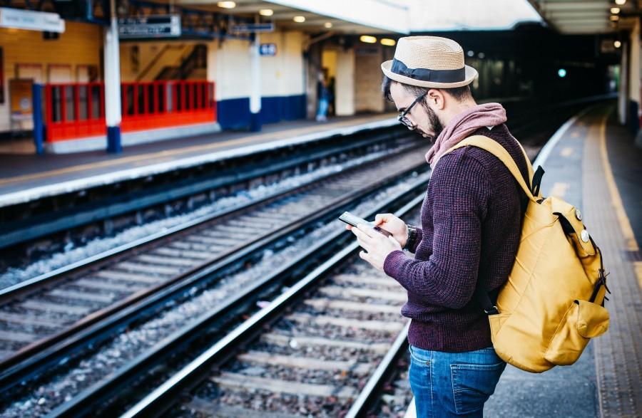 viajero, hombre, estacion, tren, espera, texto, enviar, enviando, mensaje, celular, smartphone, internet, mapa, coneccion, adulto, vacaciones, transporte, dia, mochila,