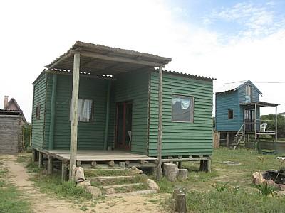 casa,vista de frente,humildad,pobreza,playa,madera