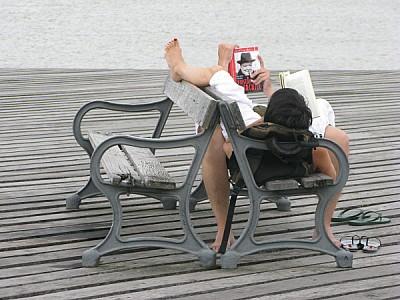 imágenes gratis Pareja leyendo en un muelle en Colonia, Uruguay