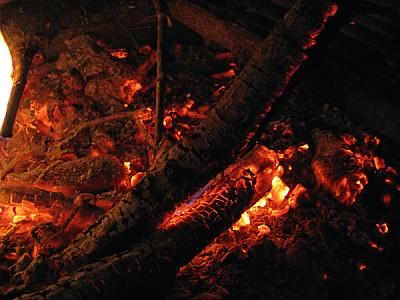 imágenes gratis brazas ardiendo de noche