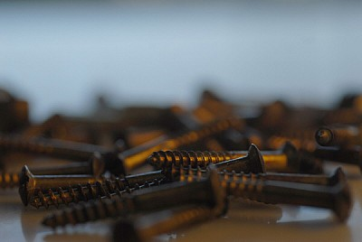 imágenes gratis tornillos de madera sobre una mesa