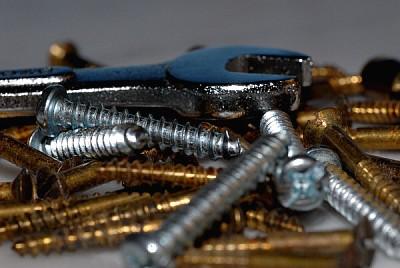 imágenes gratis Tornillos de Bronce y Acero con una llave de tuercas