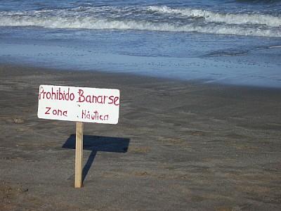 Cartel de Prohibido bañarse en playa de Rocha Uruguay