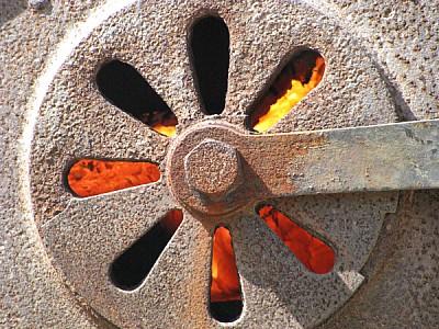 tapa,hierro,metal,oxido,oxidado,fuego,caldera,horn