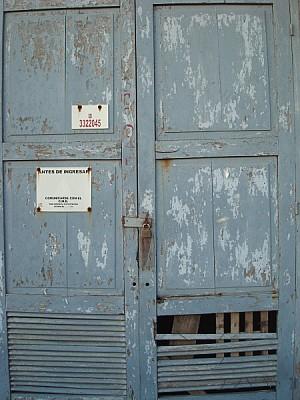 puerta,vista de frente,primer plano,madera,candado