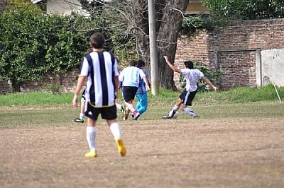 ,cancha,pasto,futbol,jugador,jugadores,piso,hombre