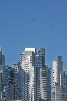 Edificios en Puerto Madero con Cielo celeste